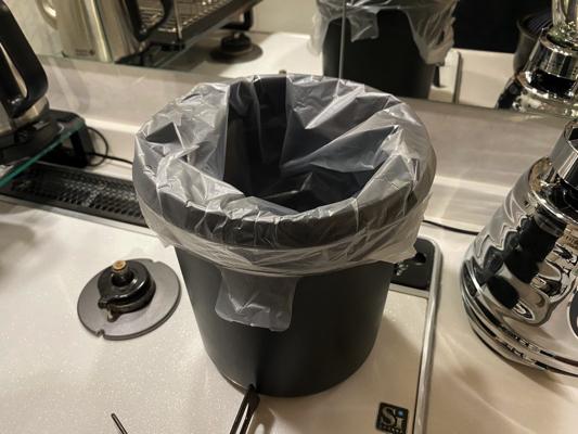 袋をかけたゴミ箱