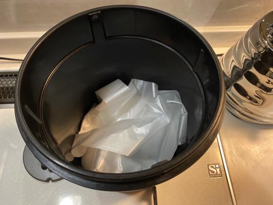 袋の入ったゴミ箱