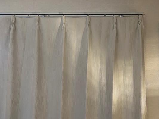 白のカーテンと白の壁