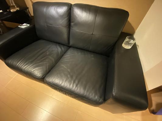 肘掛けつきのソファー