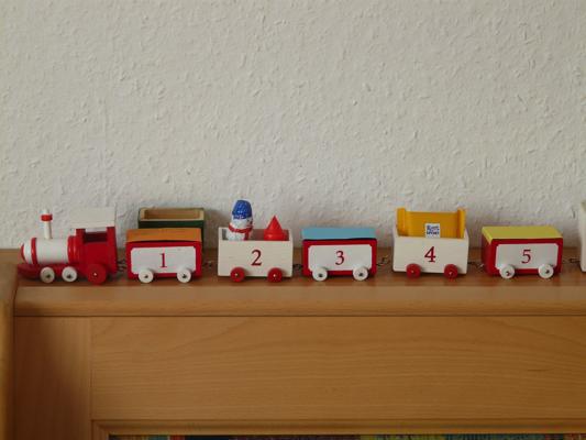 棚に飾ったおもちゃ