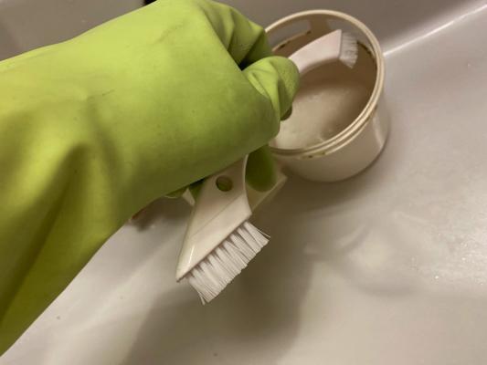 トラップをブラシ洗い