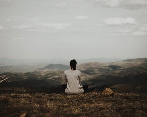 山頂に座る女性