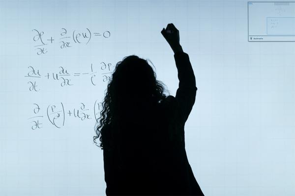 数式を書く女性